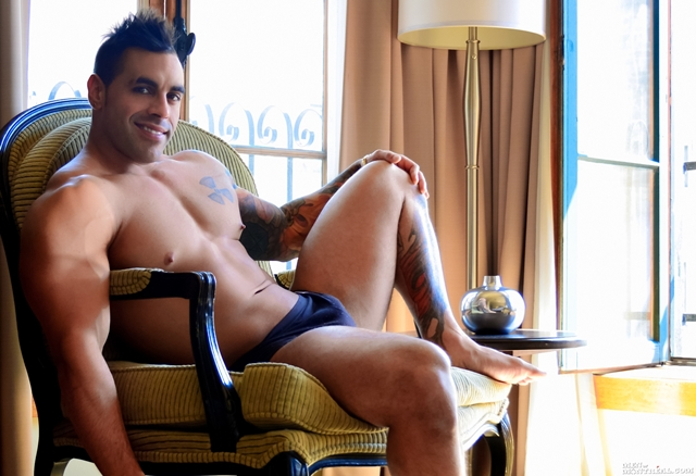 MenofMontreal-Italian-muscle-hunk-Emilio-Calabria-30-year-old-professional-athletes-jock-beefy-chest-005-male-tube-red-tube-gallery-photo