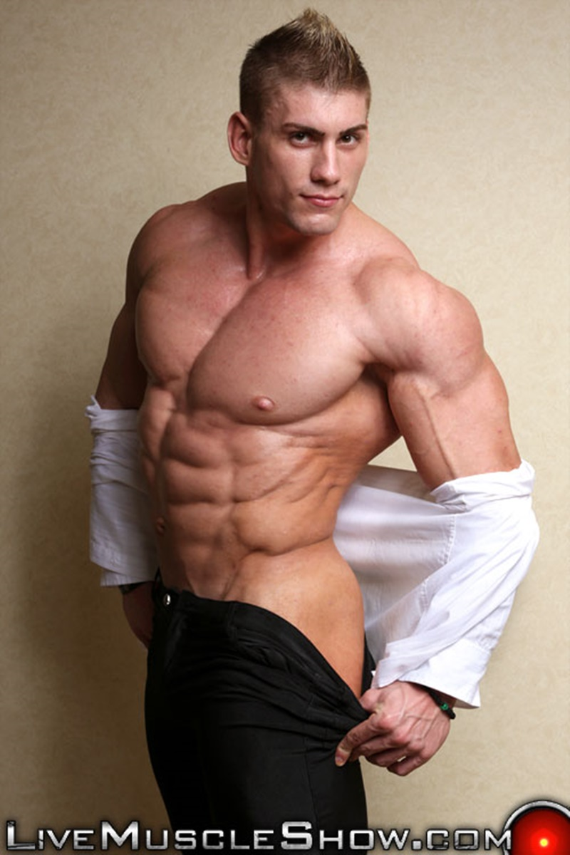 Massive naked muscle bodybuilder Sven Gronstrom strips naked on cam