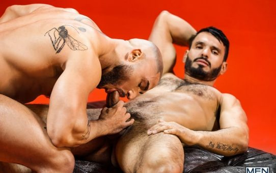 Jean Franko's huge dick fucks big muscle hunk Francois Sagat's bubblebutt asshole